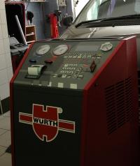 Pneuservis André - foto zařízení pro údržbu klimatizací.