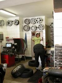 Pneuservis André - foto běžné práce mechaniků pneuservisu.