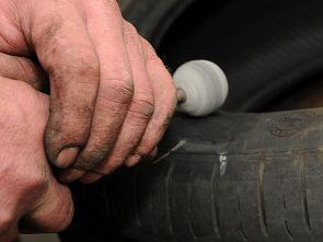 Obrázek - broušení pneumatiky po opravě termopressem.